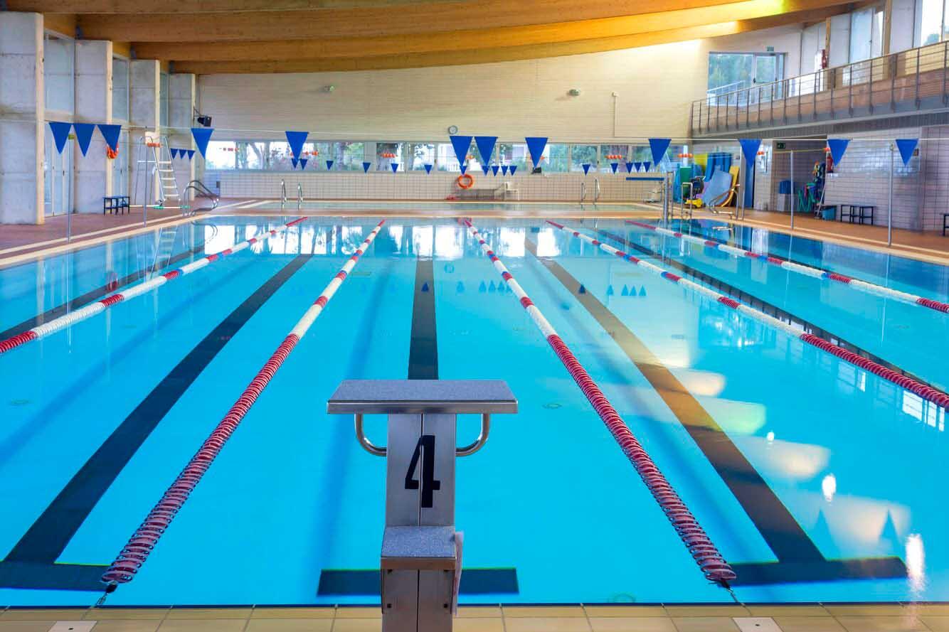 El complejo deportivo de Can Coix dispone de una piscina donde practicar natación libre, con monitor, natación terapéutica o cursos específicos.