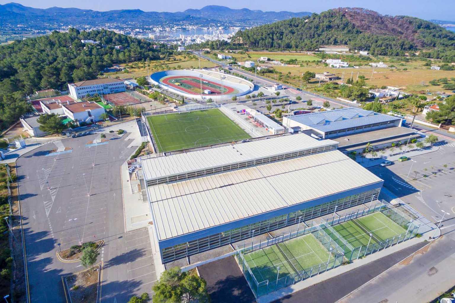 Además de piscina, Can Coix tiene pabellón polideportivo, pista de atletismo, campo de fútbol 7 y pistas de pádel.