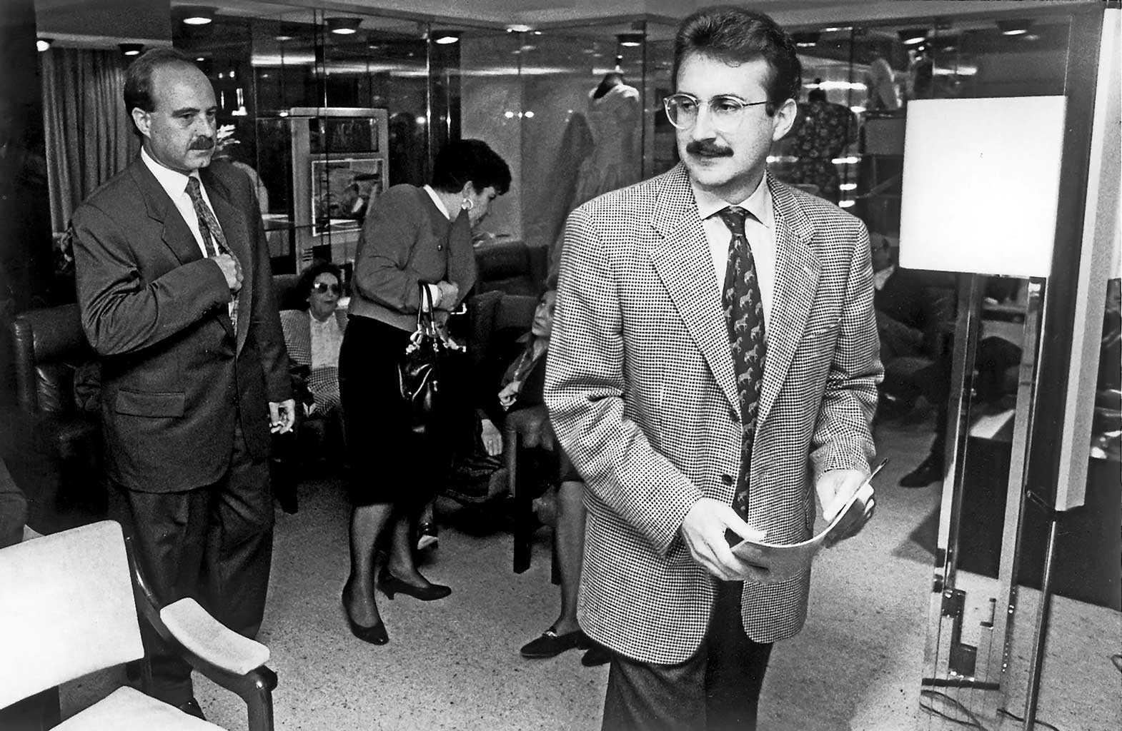 Enrique Fajarnés, en aquel entonces alcalde de Eivissa, pronunció la conferencia inaugural el 22 de abril de 1993, acompañado de María Luisa Cava de Llano que, años después, llegaría a ser Defensora del Pueblo. Rafa Domínguez