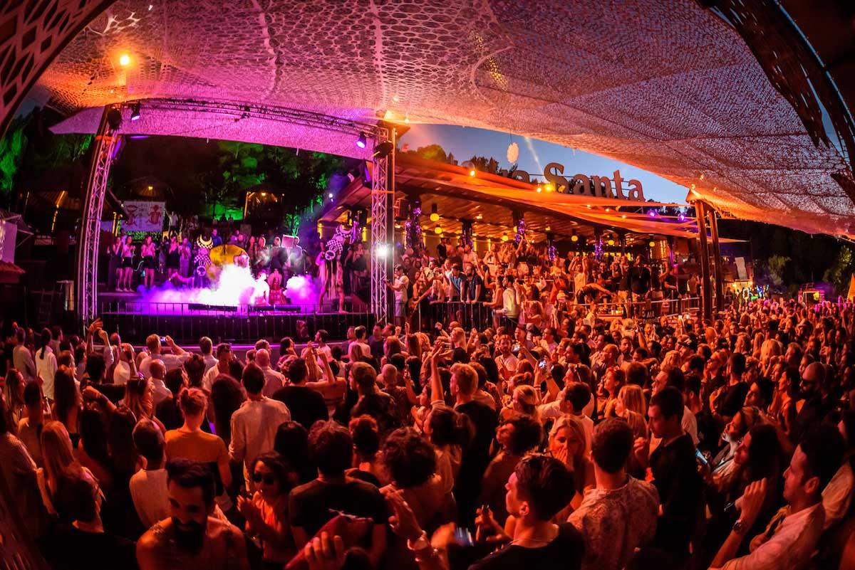 Músicos y artistas se suben al escenario de Cova Santa para eclipsar al público en cada uno de sus 'shows'.