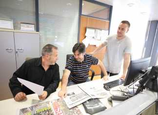 Sección de deportes. Rafael J. Domínguez, Paco Murillo y Rubén J. Palomo (de izquierda a derecha) conversan sobre la actualidad deportiva nacional en la redacción. V. Marí
