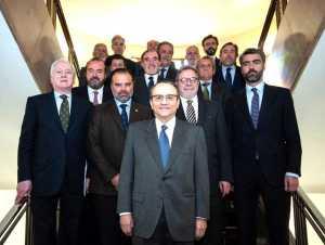 Javier Moll, en primer término, con los demás integrantes de la junta directiva de la Asociación de Medios de Información. AMI