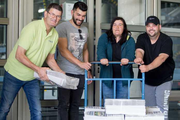 Distribución. Paco, Ismael, Alfonsi y José María durante la recogida de algunos paquetes con diarios. Toni Escobar