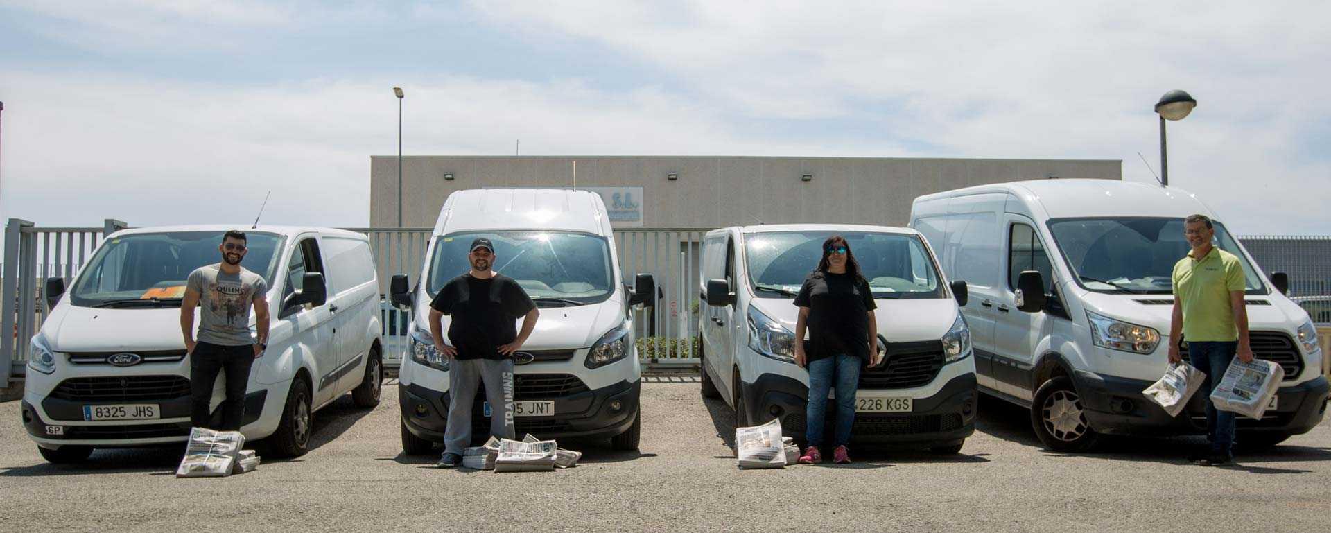 Cuatro de los distribuidores frente a sus furgonetas de reparto y algunos paquetes de diarios en el exterior de la rotativa de Diario de Ibiza, en el polígono de Montecristo. T. E.