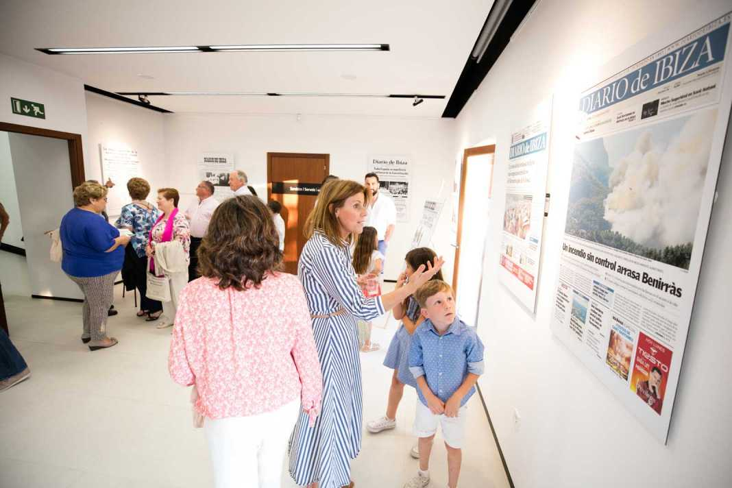 Asistentes a la inauguración de la exposición de portadas de Diario de Ibiza en el antiguo ayuntamiento de Sant Joan. Vicent Marí