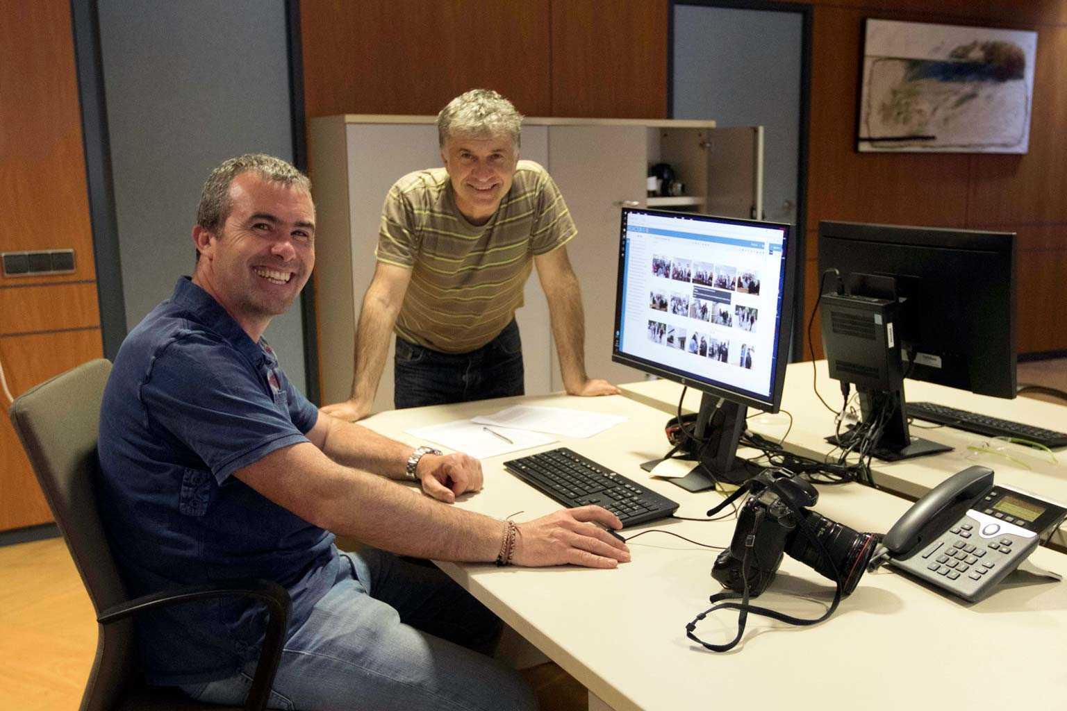 Los fotógrafos Vicent Marí y Juan A. Riera, en las mesas de trabajo del departamento de fotografía. DANIEL AZAGRA
