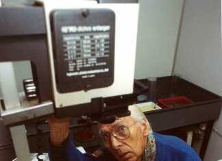 Alfredo Benito maneja una máquina ampliadora en el laboratorio de fotografía. RAFA DOMÍNGUEZ