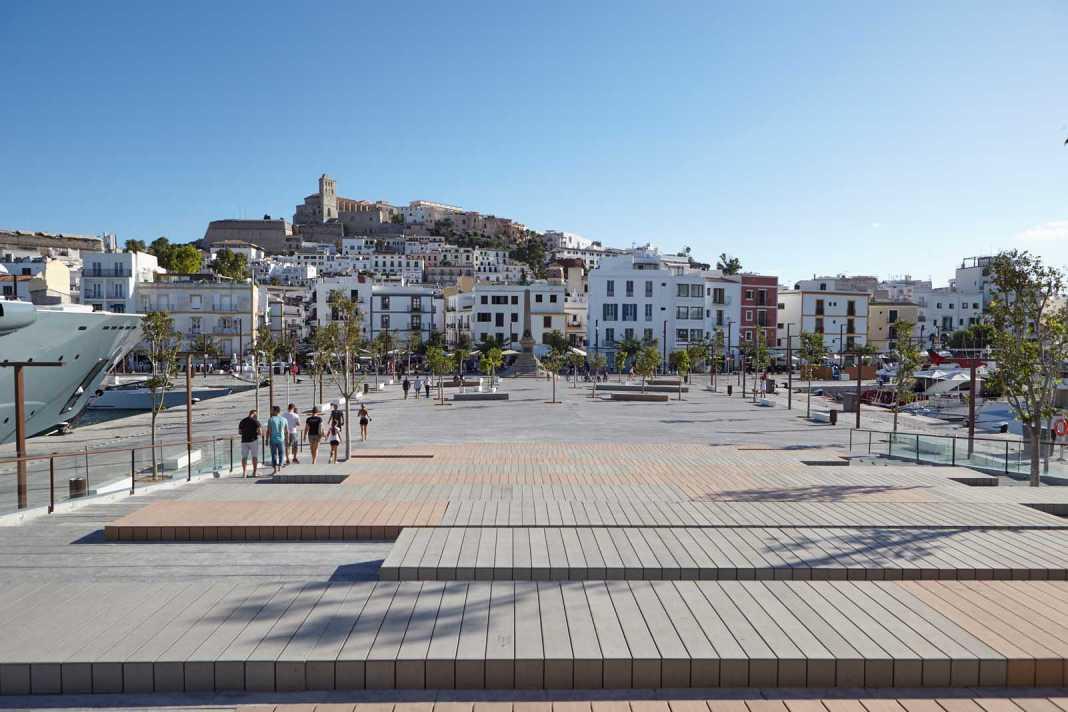 Transformación y modernización.. La zona del puerto ha ganado un nuevo espacio con la plaza pública Joan Tur Ramis, en la zona de es Martell. APB