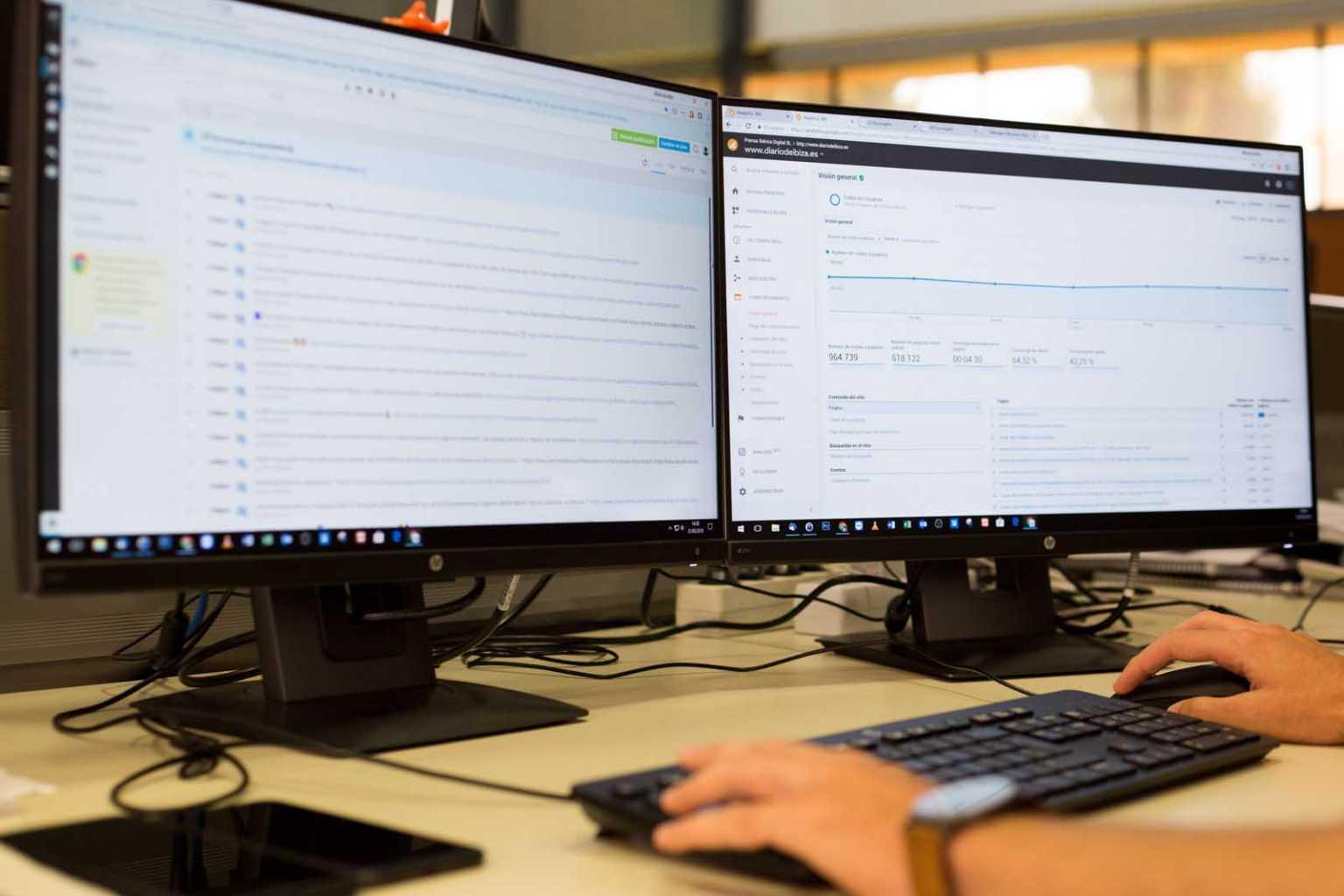 En la pantalla de la izquierda, programación de noticias en redes sociales. La otra muestra el consumo de la web medido por Google Analytics. T. Escobar