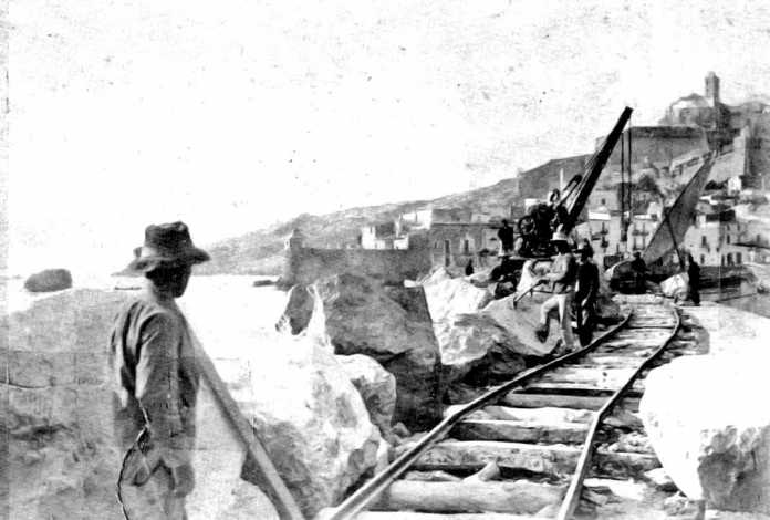 Testimoni de la societat pitiusa. Construcció del Muro, al port d'Eivissa, a principis de segle. Colecció Raymar