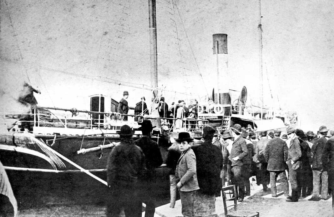 Eivissencs acomiaden un vapor al port d'Eivissa cap a 1908. Eivissa Antiga Grupo If