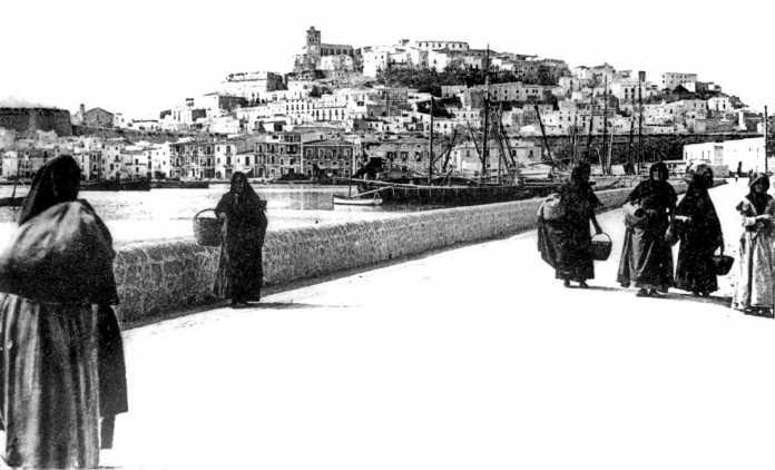Mujeres en el puerto de Eivissa hacia 1910. Colección Raymar