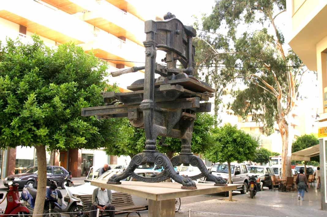 La primera imprenta de Diario de Ibiza estaba expuesta en la avenida de Bartomeu Roselló como monumento a los periodistas. Moisés Copa