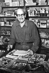 Pedro Mas, en la papelería,en una imagen cedida por su hija Carmen. DI.