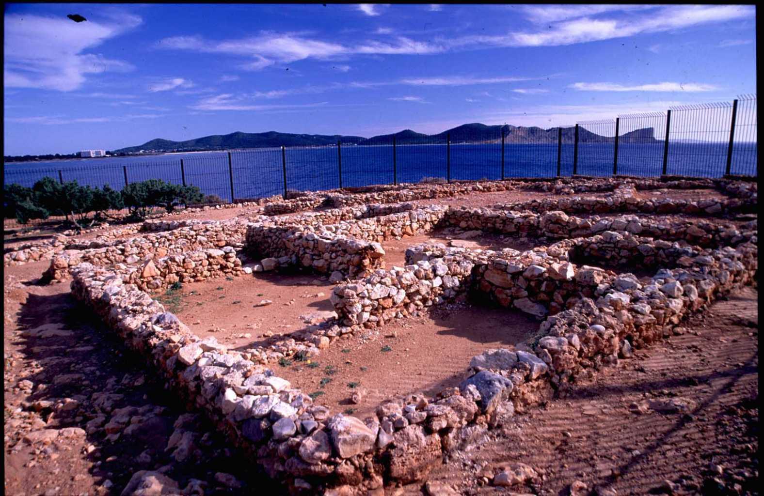 Restos del poblado fenicio de sa Caleta, incluido entre los bienes declarados Patrimonio de la Humanidad por la Unesco. Consell