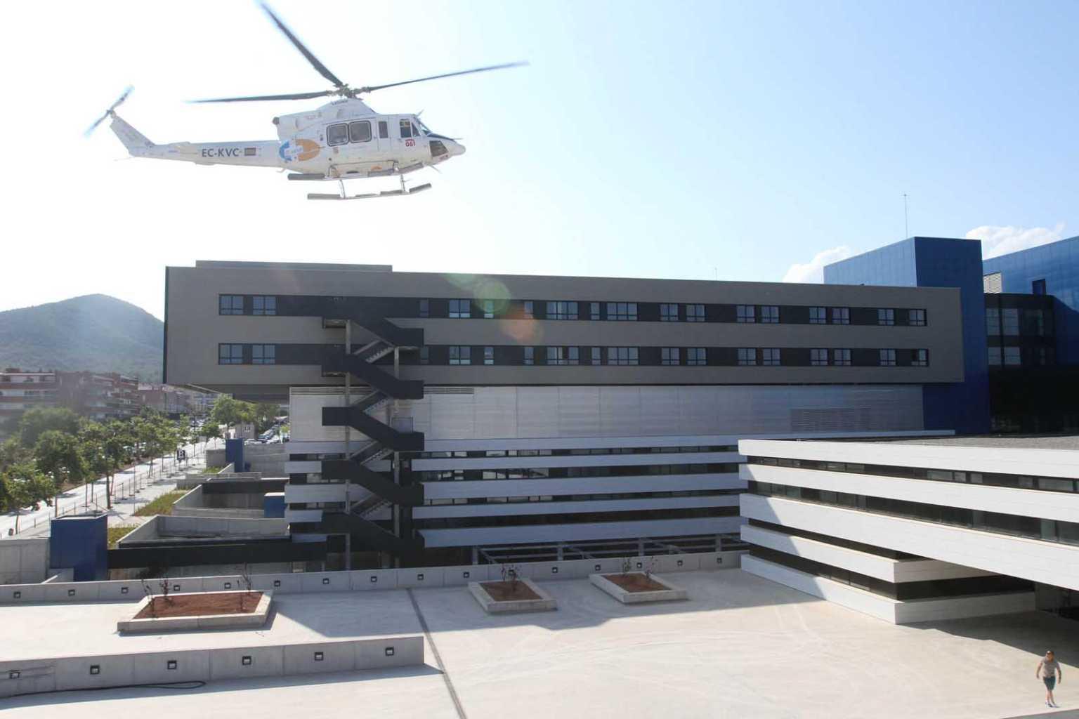 Un helicóptero sanitario durante el día de puertas abiertas del nuevo Hospital Can Misses, en 2015. J. A. Riera