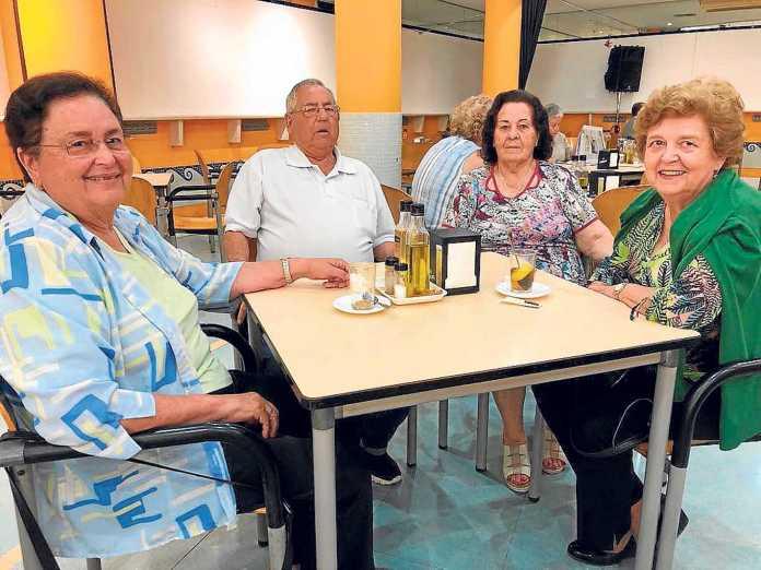 Brecha tecnológica. De izquierda a derecha, Nieves Planells, Julián Álvarez, Josefa Espigares y Maria Torres. J. A. C.