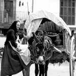 Una mujer subiendo a un carro en Vila en 1960. Albert Schwarz