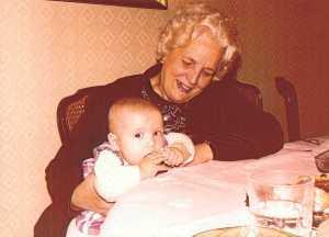 Luz Ribas, con uno de sus nietos. DI.