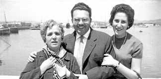 Luz Ribas con su hijo Juan Verdera y su nuera María Teresa Fernández, en el puerto de Ibiza. D. I.