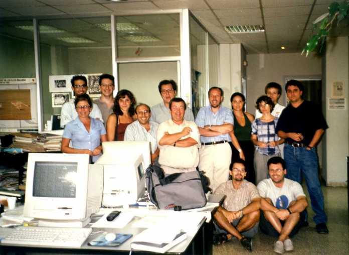 Escuela de periodistas. Becarios y redactores, con el entonces director, Joan Serra (quinto por la derecha), en la redacción de Fray Vicente Nicolás en el año 2000. M. T.