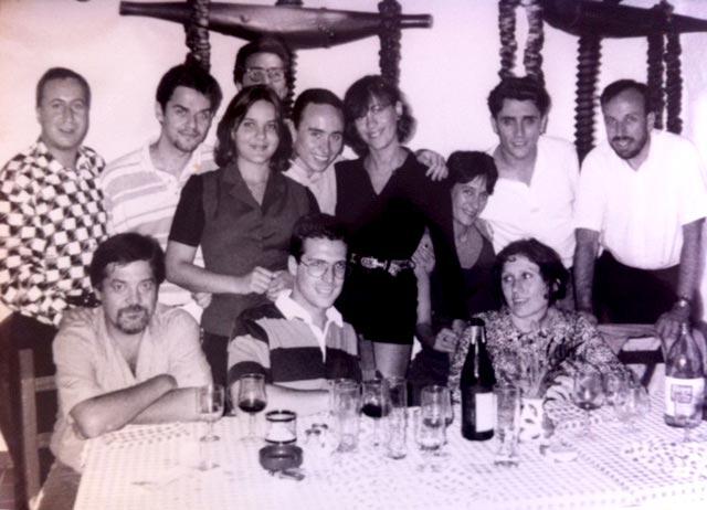 Becarios y redactores en una cena en 1995. D. I.