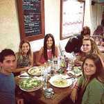 Una cena de becarios de Diario de Ibiza en el verano de 2013. De izquierda a derecha, Adrián Moreno, Cristina López, Marina Vargas, Alba Vega y Leticia Saskia Recarte. A. V.