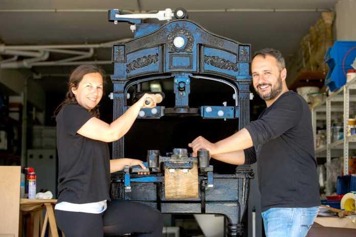Laia Fernández y Jordi Riera junto a la Imperial Press, ya restaurada. Toni Escobar