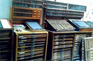 Chivaletes y cajas con tipos de plomo en una vieja imprenta. Archivo Magón