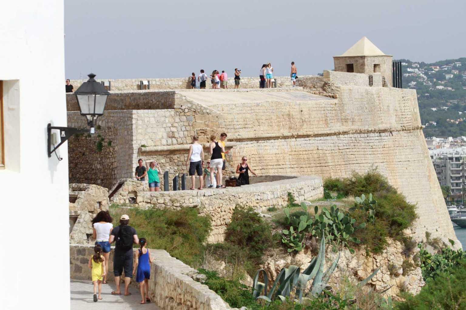 Aspecto de las murallas de Eivissa, una joya del patrimonio histórico y uno de los grandes atractivos turísticos de la isla. Vicent Marí