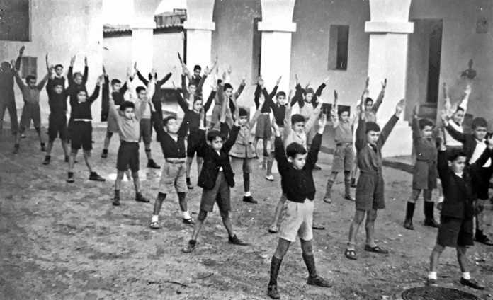 Escola. Nens durant una classe de gimnàstica a la plaça de l'Ajuntament. IES Santa Maria
