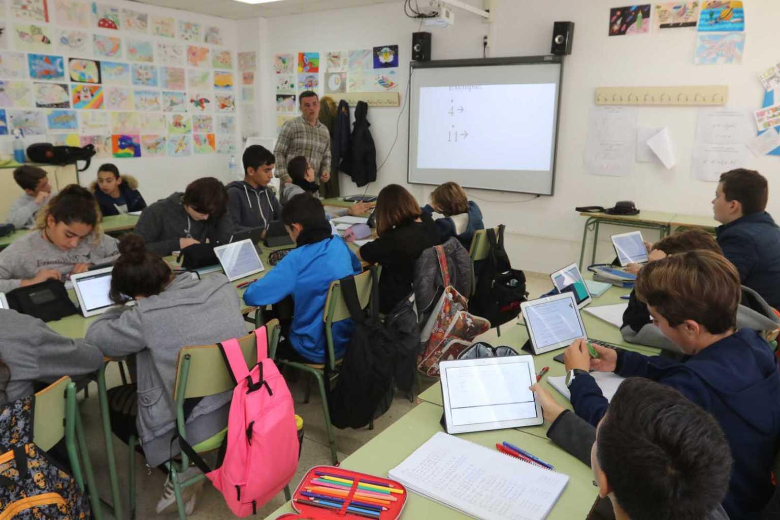 Estudiants de l'institut Quartó de Portmany treballen amb tauletes i una pisarra digital (2017). J. A. Riera