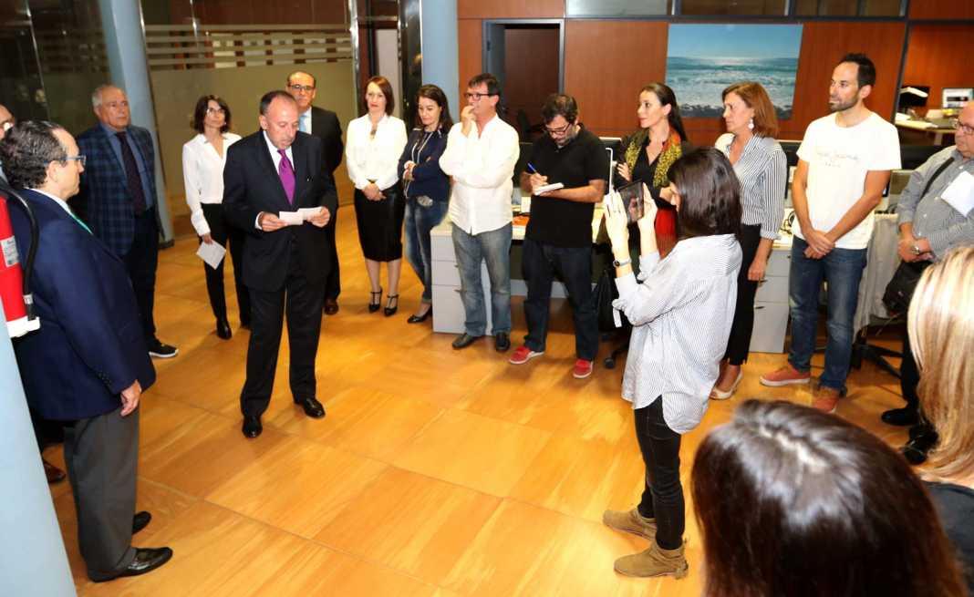 Modernización. Joan Serra se dirige a la redacción en el acto de despedida como director y de nombramiento de su sucesora, Cristina Martín (detrás). A la izquierda, el presidente de Prensa Ibérica, Javier Moll. J. A. Riera