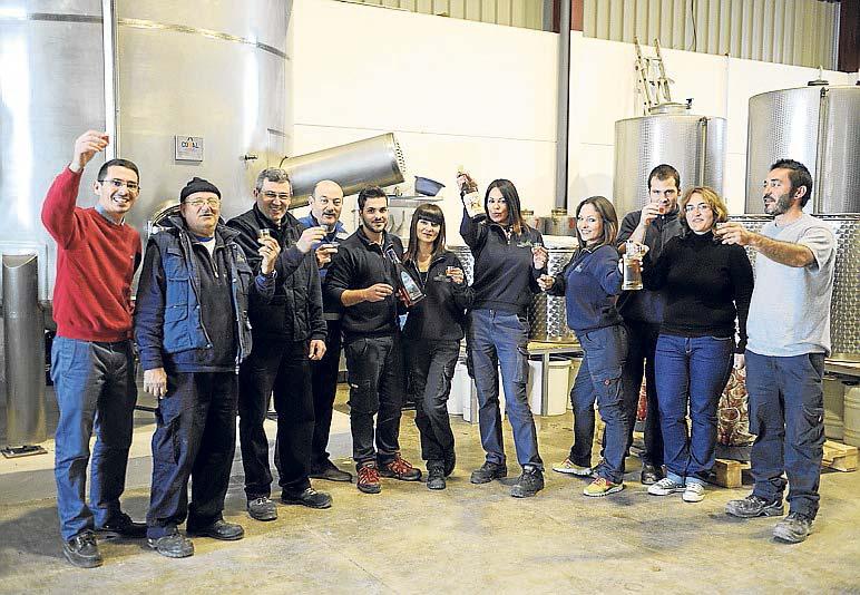 Carlos Marí Mayans con todo su equipo den la destilería. | Gabi Vázquez