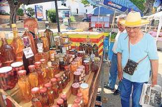 Mercadillo con productos locales en Sant Joan.