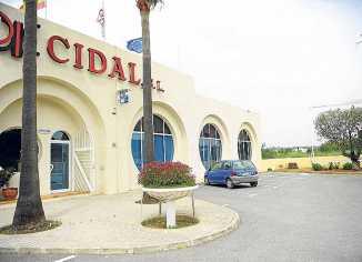 Exteriores de Cidal con el edificio de oficinas, nave de exposiciones y un expositor de los materiales.