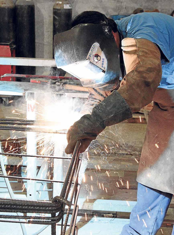 Trabajando en la elaboración de acero de última generación.