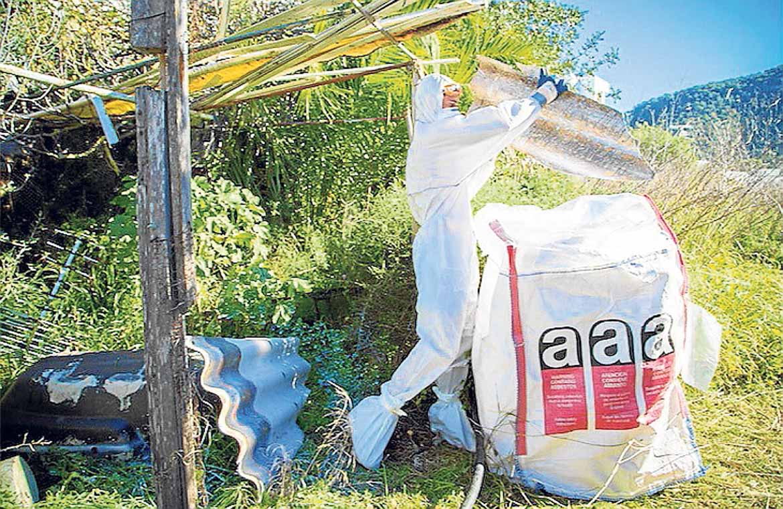 Un operario de Herbusa retira material dañino al medio ambiente.