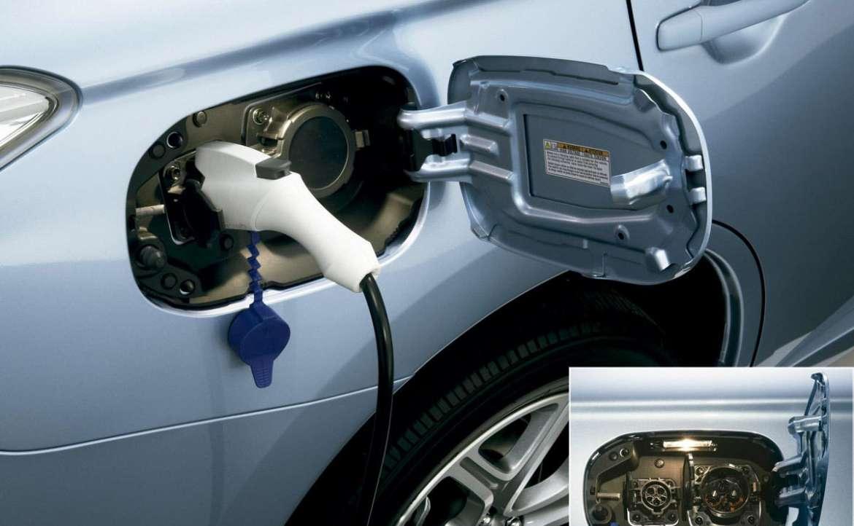 Enchufes para cargar el coche, que están situados en el lateral opuesto al del hueco para el suministro de combustible.