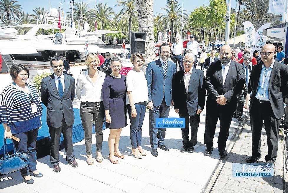 Grupo de autoridades que acudió a la inauguración de la muestra.