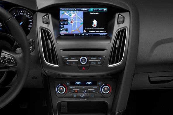 Detalle de la consola central en la que inserta una pantalla con la que se controlan todo el sistema multimedia y otras funciones del vehículo.