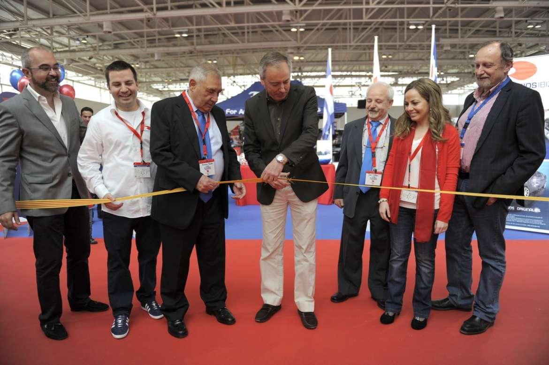 Vicent Serra, presidente del Consell, corta la cinta e inaugura el evento.