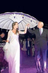 La novia bailó el vals con su padre.