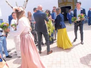 Los invitados, originalmente vestidos, conversan y se pasean por las calles de la localidad tras celebrarlo. FOTOS J.V.B. Y J.S.