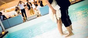 Una ceremonia celebrada junto a la piscina.
