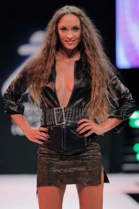 Vestido muy escotado de Cristine Astruc. | C. I.