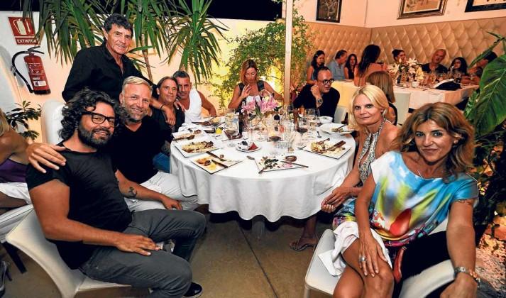 Josh Genks, Armando Parra, Ivonne, Lucy y amigos en el 'Kilómetro'.