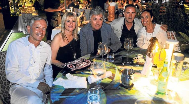 Christian Nieto de Gea, vicecónsul de Mónaco en Eivissa, la vicepresidenta de Consell de Eivissa, Marta Díaz, el empresario Beppe Ronco, Jorge Inchausti y amiga en Cavalli Ibiza restaurante and Lounge.