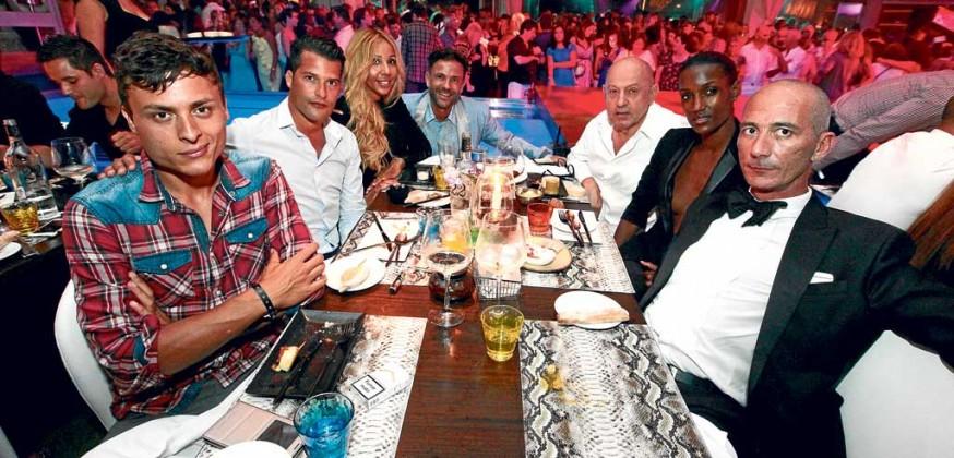 Radouanne Marouk, Catty, Francisco Ferrer y Fred Aliery con amigos en el restaurante cabaret Lío