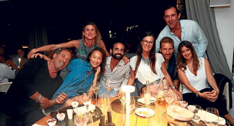 Reunión de amigos de diferentes nacionalidades en la inauguración del restaurante It en Marina Botafoc.